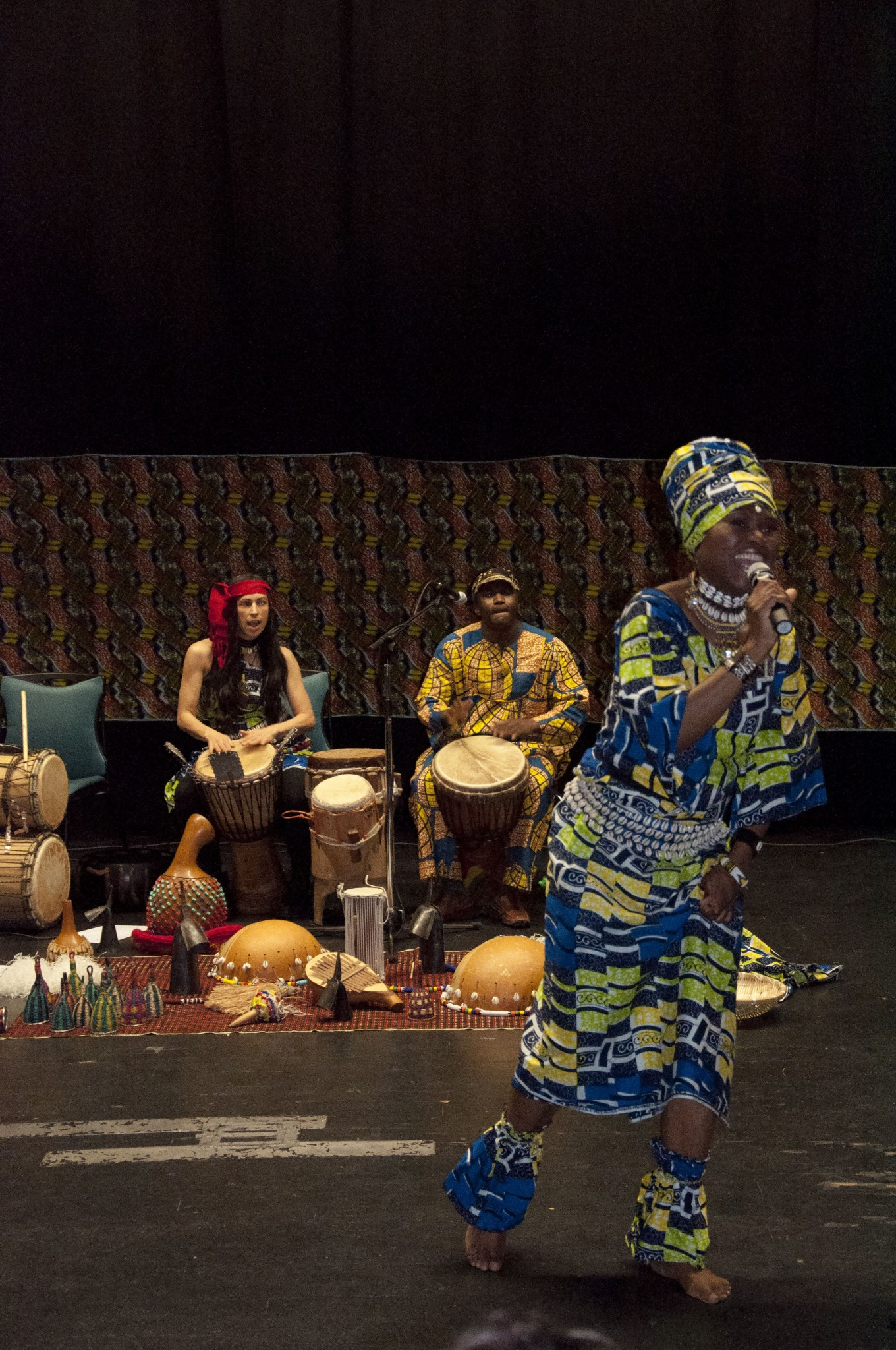 Jacky Essombe singing and dancing with her audience on March 21 in the Clock Tower Alumni Theatre. Behind her Yoro Noukoussi, Nawcro Franco and Josiane-Laure Nodjom accompany the performance.- PHOTO BY ALLISON DECLERCQ-MATTHAS