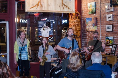 Jen Millan, Anessa Lang, Moot Murphy, Waseem Hakhroo (behind) and Jacob Chatterton of Chipko Jones played to a full house on Feb. 6. (Marlys Klossner/The Omega)